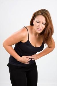 Donna in posizione antalgica a causa della colica biliare