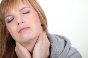 Donna con dolori al collo