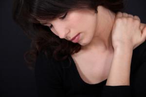 Donna soffre di ernia cervicale