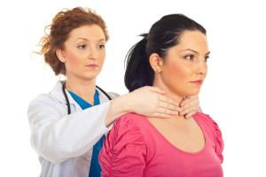 Dottoressa effettua una palpazione della tiroide ad una paziente
