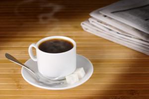 Tazza di caffè con lo zucchero da eliminare per la tiroidite