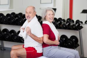 Uomo e donna fanno esercizi per il collo