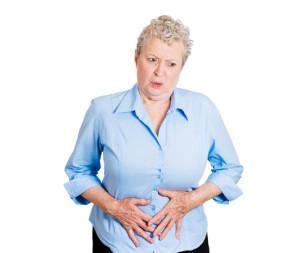 Donna con dolori allo stomaco