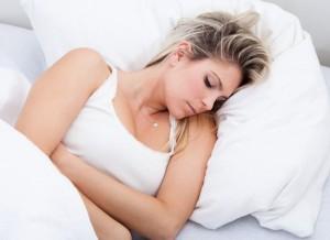 Donna a letto con bruciori allo stomaco