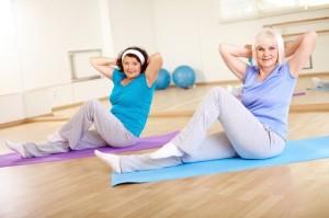 Donne eseguono esercizi sul tappetino