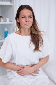Donna con dolori all'intestino