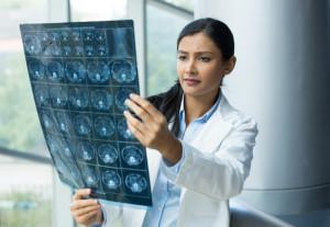 Radiologa controlla gli esami radiografici all'intestino