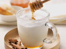 Bicchiere di latte caldo e miele da prendere alla sera per combattere l'insonnia