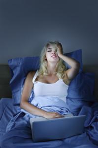 Donna a letto con computer una delle cause dell'insonnia