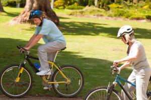 Uomo e donna in bici come rimedio alle cause dell'insonnia