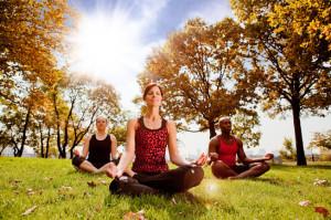 Gruppo di persone durante la pratica meditativa come rimedio per l'insonnia