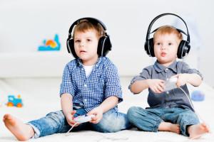 Coppia di bambini che gioca con i videogames, una possibile causa del mal di testa