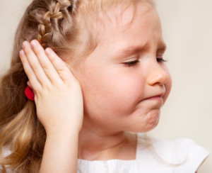 Bambina si tiene l'orecchio a causa dell'otite
