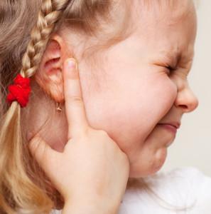 Bambina con dolori all'orecchio causati dall'otite