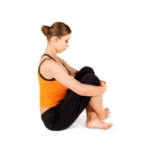 Donna seduta esegue esercizi per il collo