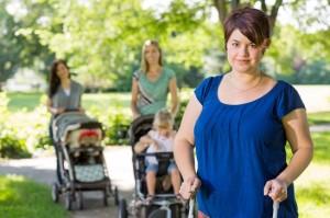 Mamme con bambini in passeggino al parco