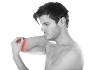Uomo con dolore al gomito