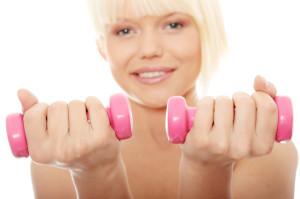 Donna esegue esercizi per l'epicondilite