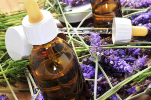 fiori e boccettine con concentrato di oli essenziali