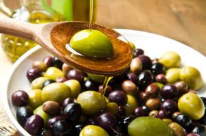 Piatto con olive ricoperto di olio