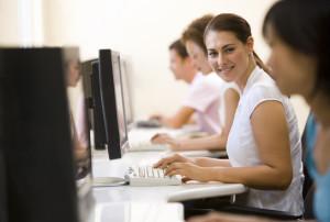 Persone lavorano sedute davanti al computer