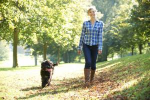Donna cammina all'aria aperta con il cane